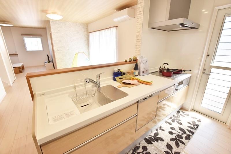 朝倉郡筑前町 新築一戸建て 6号地モデルハウス:ダイニングと対面式キッチン。家事をしながらでも家族との会話が弾みます。