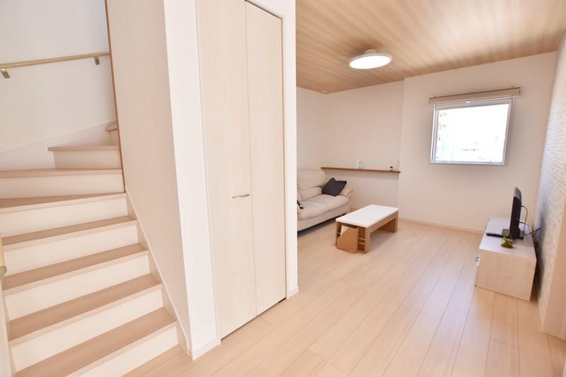 朝倉郡筑前町 新築一戸建て 6号地モデルハウス:リビング階段を採用!「いってきます」「いってらっしゃい」が言えて聞こえる住まいです。