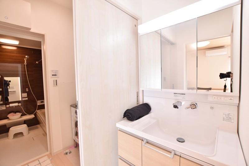 朝倉郡筑前町 新築一戸建て 6号地モデルハウス:洗面所・脱衣所をわけているのでそれぞれ同時に使うことができます。忙しい朝や利用時間が重なりがちな夜に便利です。