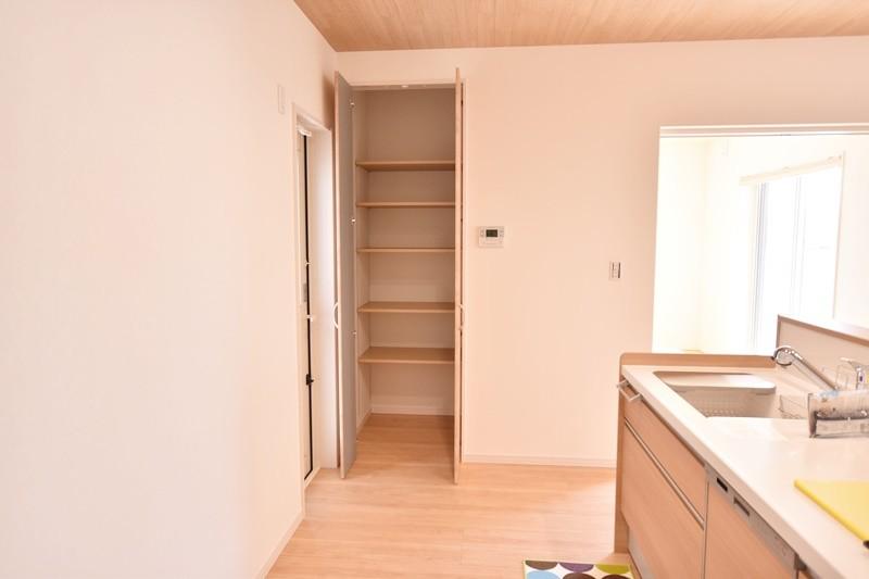 広川①:キッチン横収納