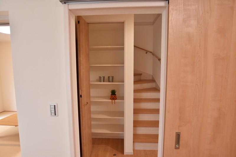 ①:収納(階段横)