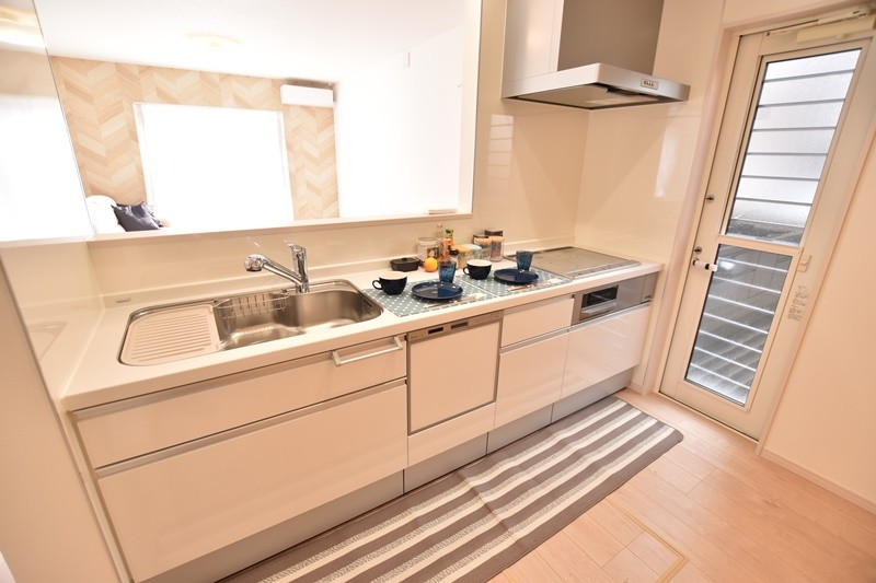 朝倉郡筑前町 新築一戸建て 4号地モデルハウス:対面式キッチンで家事をしながらリビングを見渡せます。