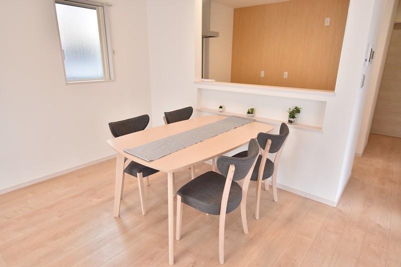 朝倉郡筑前町 新築一戸建て 4号地モデルハウス:ダイニングはキッチンと対面式になっています。