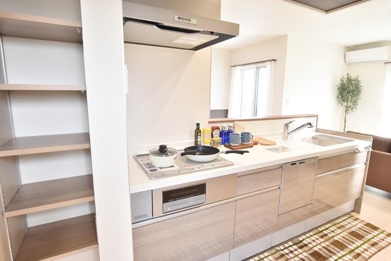 久留米市上津町 新築一戸建て 3号地モデルハウス:キッチン横に収納スペースがあります。調味料や保存食料の保管に◎