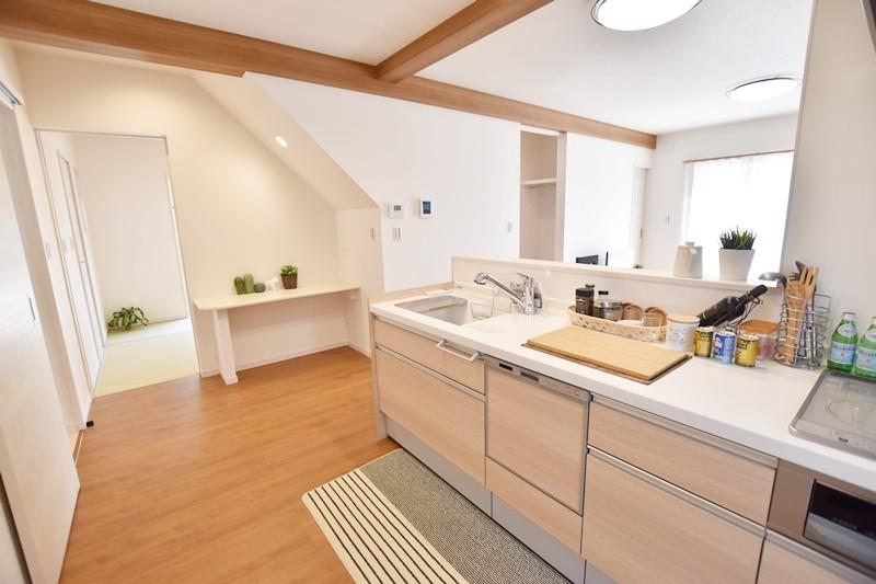 久留米市上津町 新築一戸建て 2号地モデルハウス:ダイニング・リビングを見渡せるキッチン