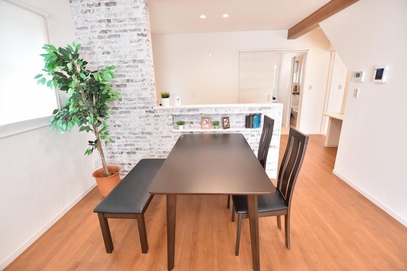 久留米市上津町 新築一戸建て 2号地モデルハウス:ダイニングはキッチンと対面式になっています。