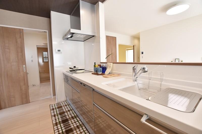 久留米市上津町 新築一戸建て 3号地モデルハウス:キッチンはダイニングと対面式。リビングも見渡せて家族のコミュニケーションがはかどります。