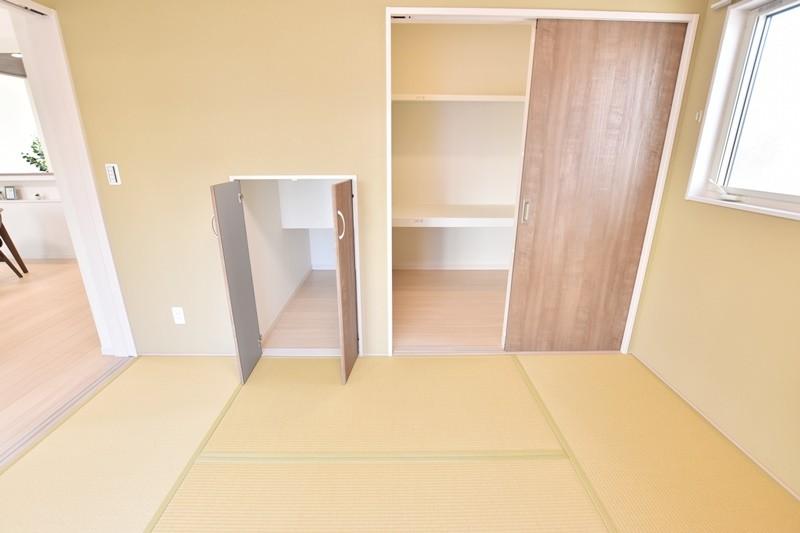 久留米市上津町 新築一戸建て 3号地モデルハウス:明るくモダンな和室。収納豊富でシーズンオフの衣類の保管もラクラクです。
