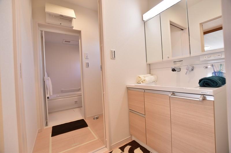 久留米市上津町 新築一戸建て 2号地モデルハウス:洗面・脱衣所を分けているので同時に使うことができます。