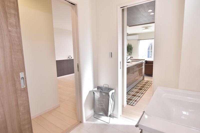 久留米市上津町 新築一戸建て 3号地モデルハウス:広々洗面脱衣室。ホール・キッチンの2ヵ所から楽々アクセス!