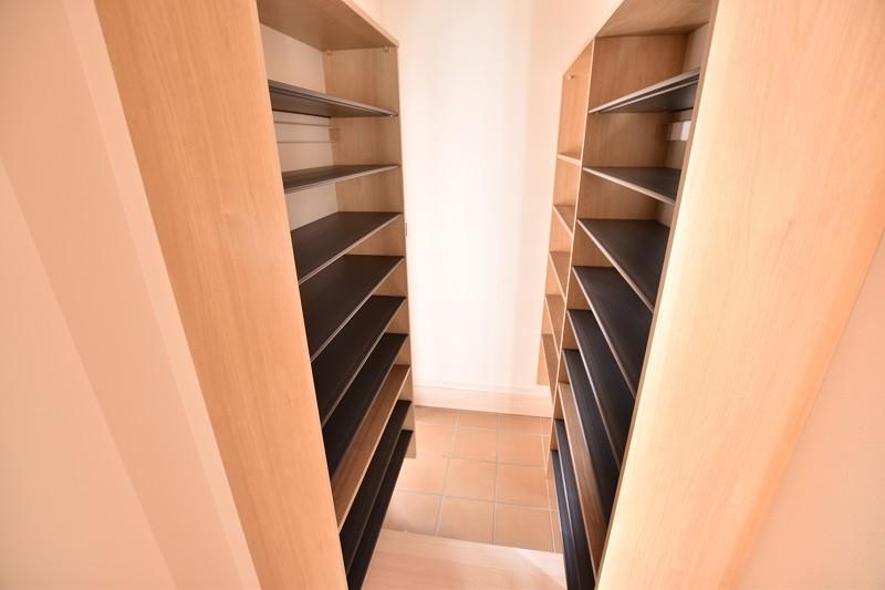 久留米市上津町 新築一戸建て 2号地モデルハウス:豊富な玄関収納があり大量の靴もラクラク収納!