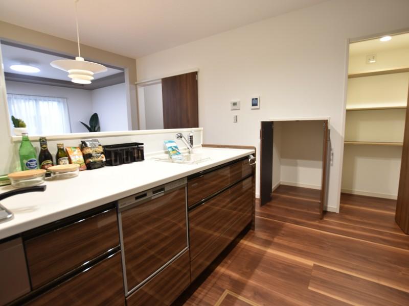 食器洗浄乾燥機付きのキッチン。カップボード・パントリーがあるので収納も楽々!