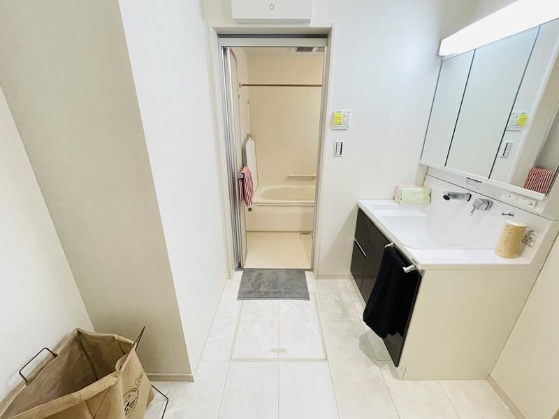 4号地:洗面脱衣室にはシャワー付き洗面化粧台が備え付けてあります。