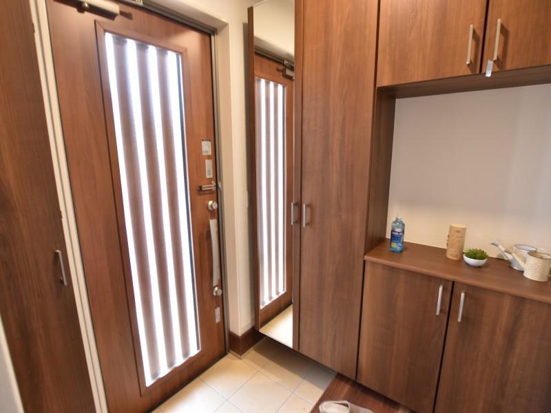 玄関はシューズボックスが備え付けです!鏡付きでお出かけ前の身だしなみ確認もできます。