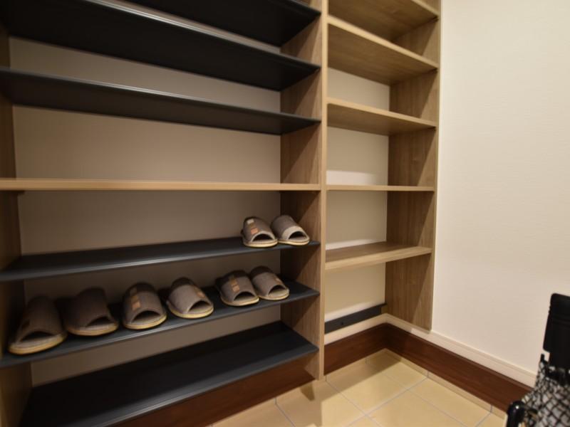 玄関横に玄関クロークを設けています。アウトドア用品やスーツケースなどの置き場にも最適です。