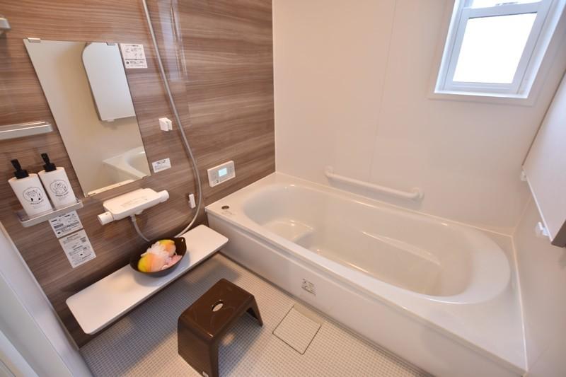 5号地:浴室断熱と高断熱のふろふたによる断熱構造で、保温力をより高めてくれます。床は膝をついても痛くないほっカラリ床を採用しました。