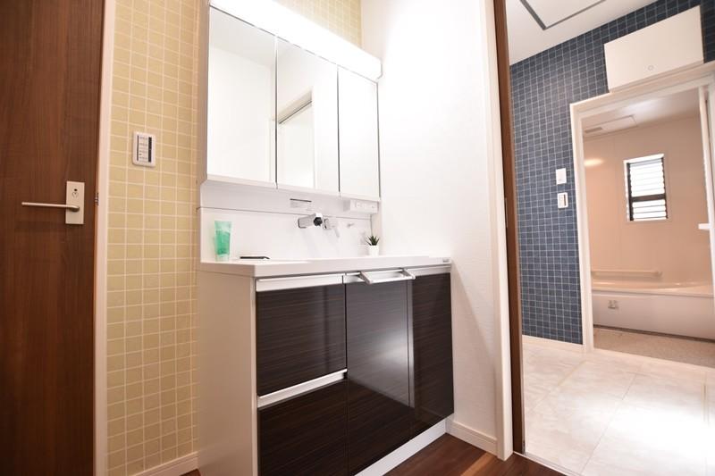 洗面室・脱衣室が独立したタイプです。シャワー付き洗面化粧台が備え付けてあります。