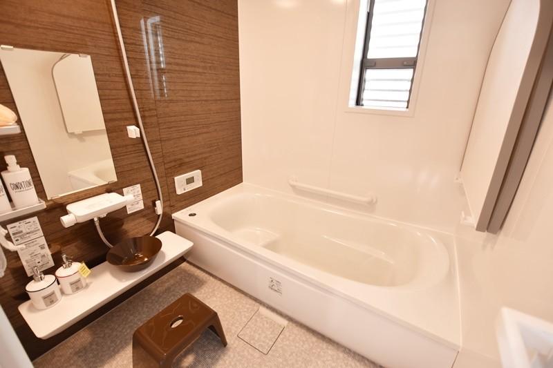 浴槽は追いだきが減り、光熱費の節約にもなるお得な省エネ仕様です。床は膝をついても痛くないほっカラリ床を採用しました。
