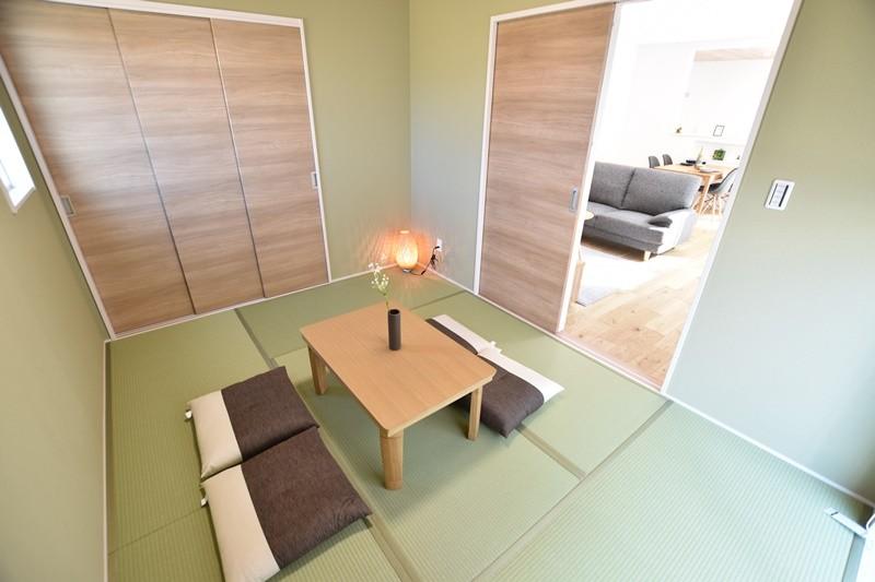 6帖の広さのあるモダンで明るい収納スペース付きの和室。客間やお子様の遊び場として重宝します。