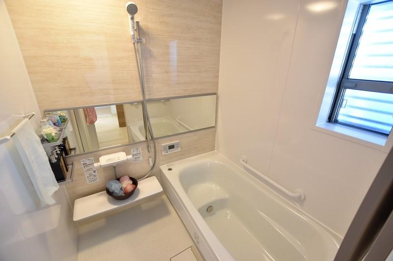 浴室の床はほっカラリ床を採用しました。膝をついても痛くない柔らかさです。