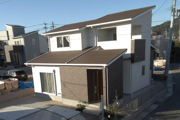 2階には屋根が掛かったバルコニーがあり、洗濯物も干せます!