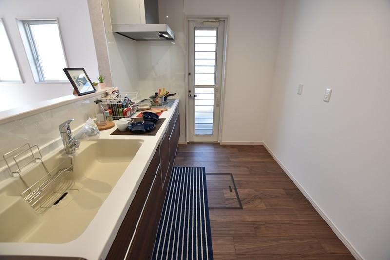 対面式のキッチンです。食器洗い乾燥機、浄水器、床下収納もありますよ! 勝手口があるので、ゴミも置けます!