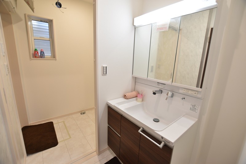独立した洗面室を設けました。脱衣室と別にすることで気兼ねなく使えます。