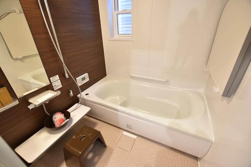 TOTO製バスルームは家事楽の提案が満載です。 ほっカラリ床はやわらかさと汚れ落ちのスムーズさが特徴です。