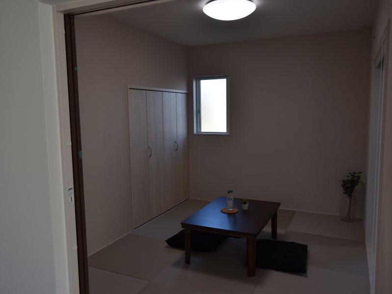 物干しテラスが隣接した6帖の和室! 客間として利用できます!