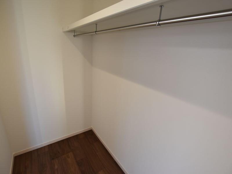 1階にある主寝室には広いウォークインクローゼットが付いております!