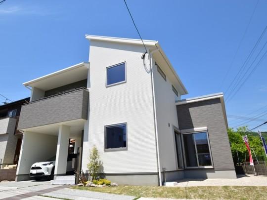 7号地モデルハウス:外観(車は販売対象外です)ビルトインガレージがあるので、雨に濡れずに玄関から出入りできます!