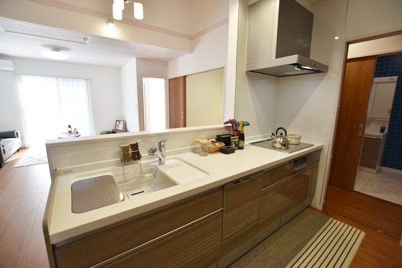3号地モデルハウス:フロアを見渡せるキッチン。食器洗い乾燥機付きです。