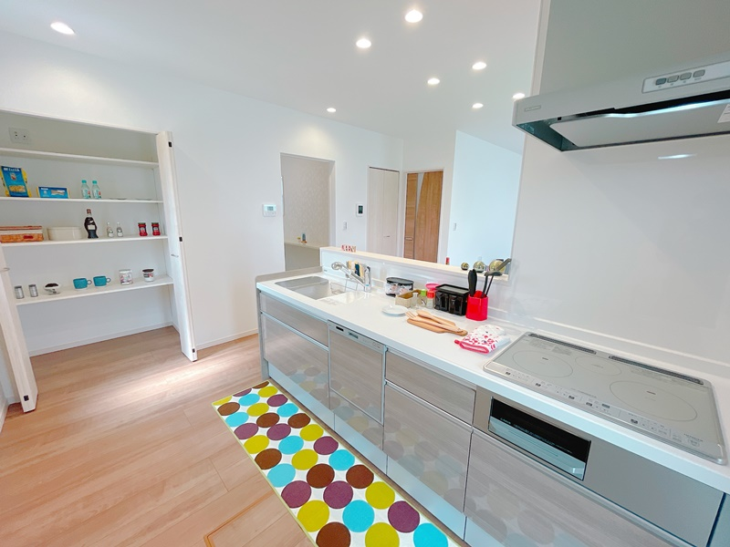 2号地:オール電化、IHクッキングヒーター、食器洗い乾燥機付きのキッチンです。横には大容量のパントリーが!