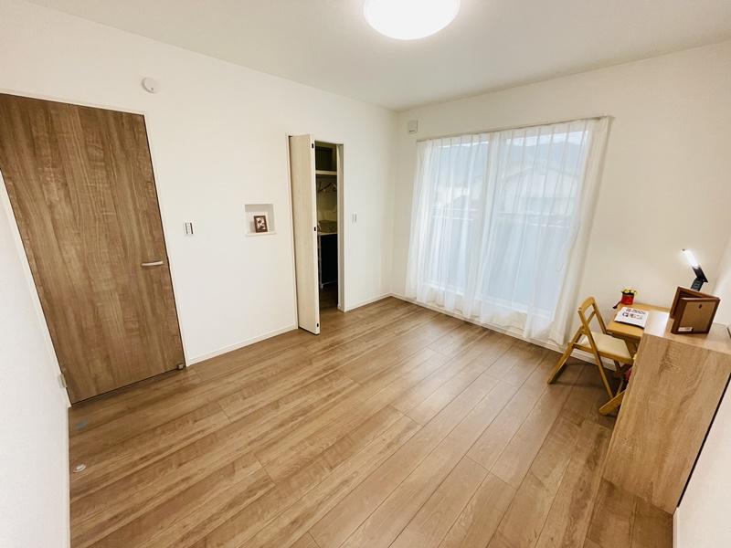 7帖の主寝室です。南側にバルコニーが有り、明るい部屋です。