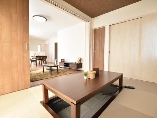 2号地モデルハウス:掘りごたつが特徴的な和室です。家族みんなでのんびりできる広さがあります。