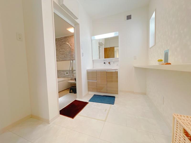 広々洗面脱衣室。カウンター付きでランドリー用品やお風呂用品置き場にも重宝します。ランドリールームとしても利用できます!