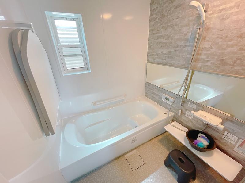 浴室の床はほっカラリ床を採用しており、膝をついても痛くない柔らかさです。保温浴槽、節水シャワー付きです!
