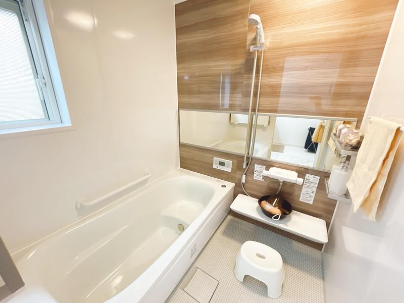 浴室 TOTOのほっカラリ床は、膝をついても痛くなく、水はけが良いです。浴室暖房換気扇付き!