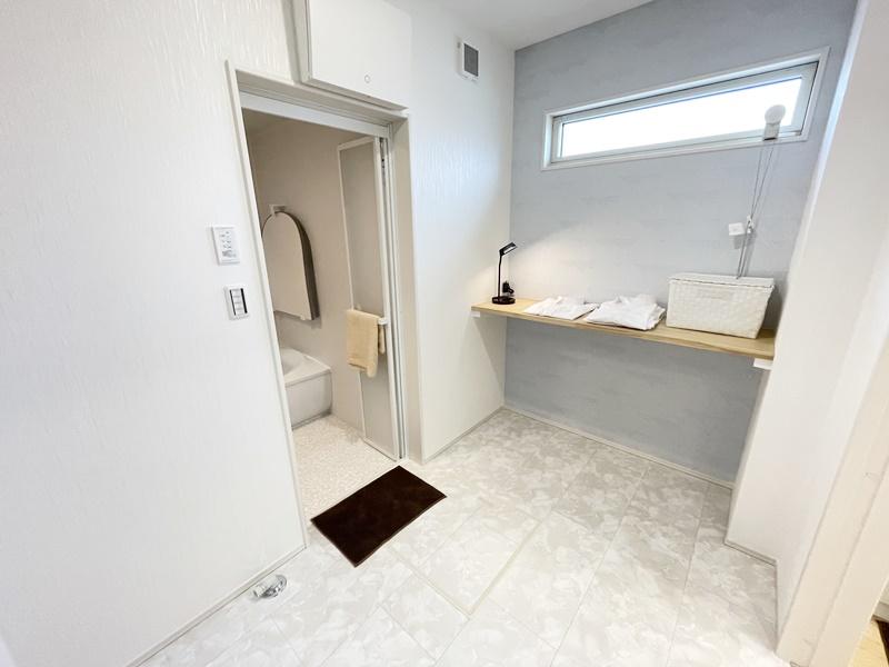 2号地:広々ランドリールームはカウンター付き!お洗濯ものの作業がはかどります。