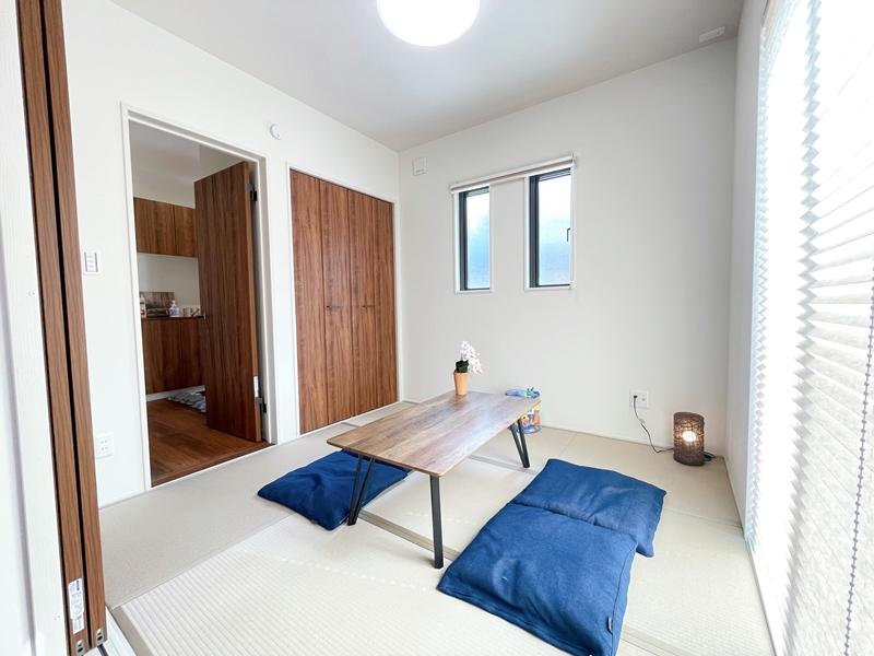和室は玄関側とリビング側の2か所から出入りができます。客間に最適です。