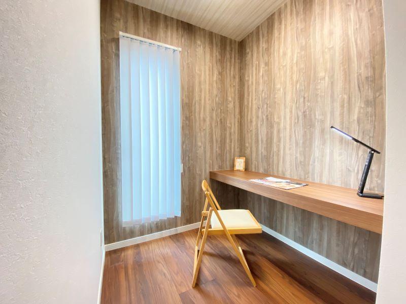 2階の納戸は収納スペースとしても、お勉強や書斎などの作業スペースとしても使えます。