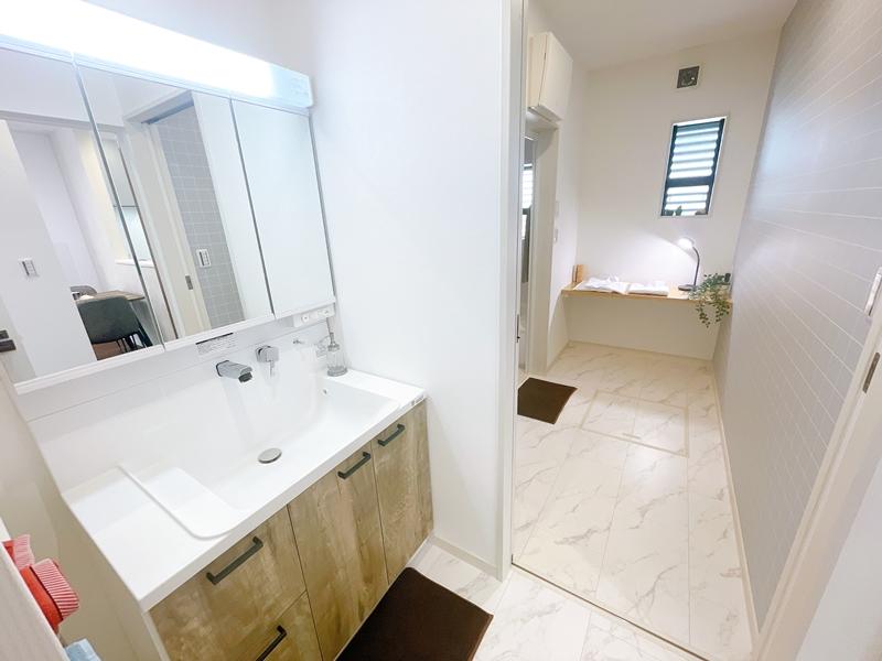 収納棚付きの独立した洗面室です。脱衣室と分けているのでそれぞれが使いやすい!