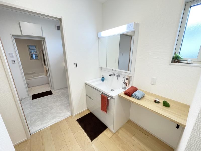 2ヶ所からアクセスできる洗面室。帰宅後にすぐ手洗いうがいができる間取りです。