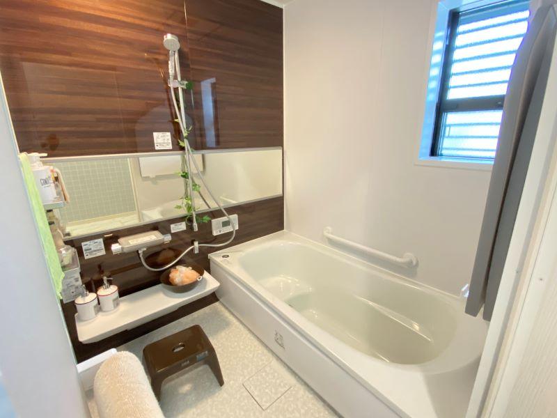 浴室の床はほっカラリ床を採用しました。膝をついても痛くない柔らかさが特徴です。