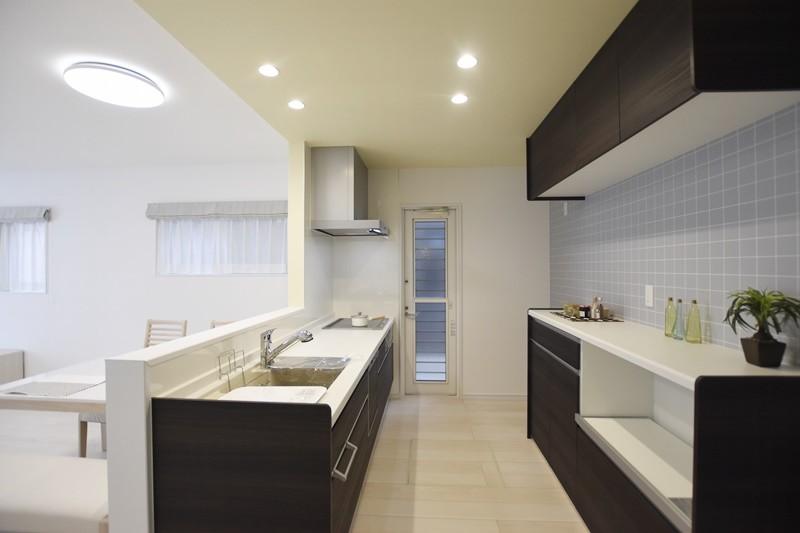熊本市東区戸島西7丁目 新築一戸建て 7号地モデルハウス・カップボード付きの対面式キッチン