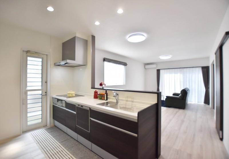 熊本市南区薄場2丁目 新築一戸建て 3号地モデルハウス・明るい対面式キッチン