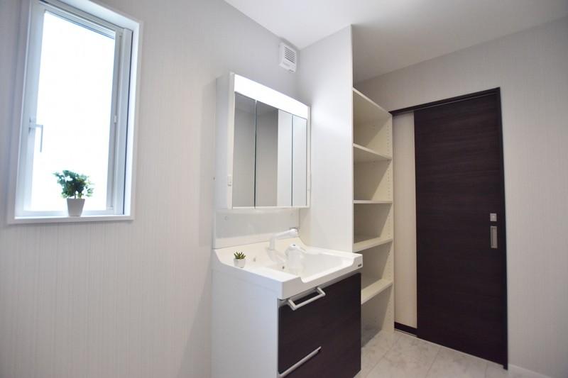 熊本市南区薄場2丁目 新築一戸建て 3号地モデルハウス・可動棚付きの洗面脱衣室