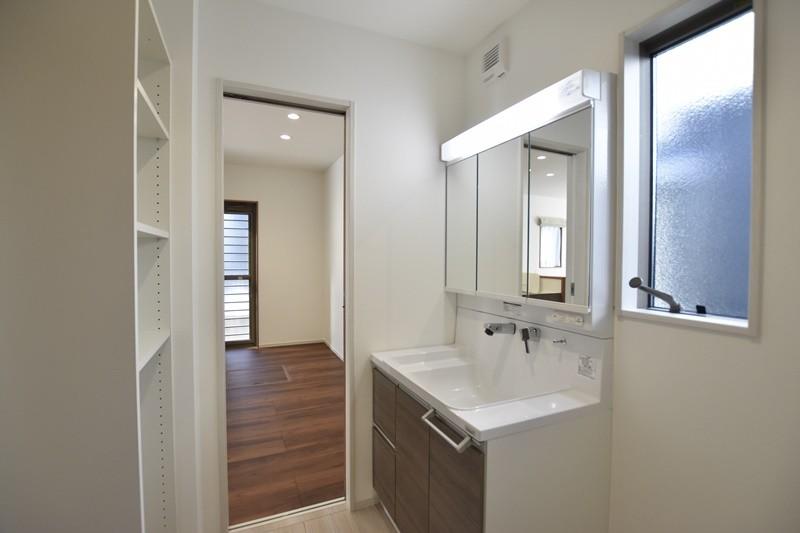 菊陽町津久礼 新築一戸建て 5号地モデルハウス・可動棚付きの洗面脱衣室