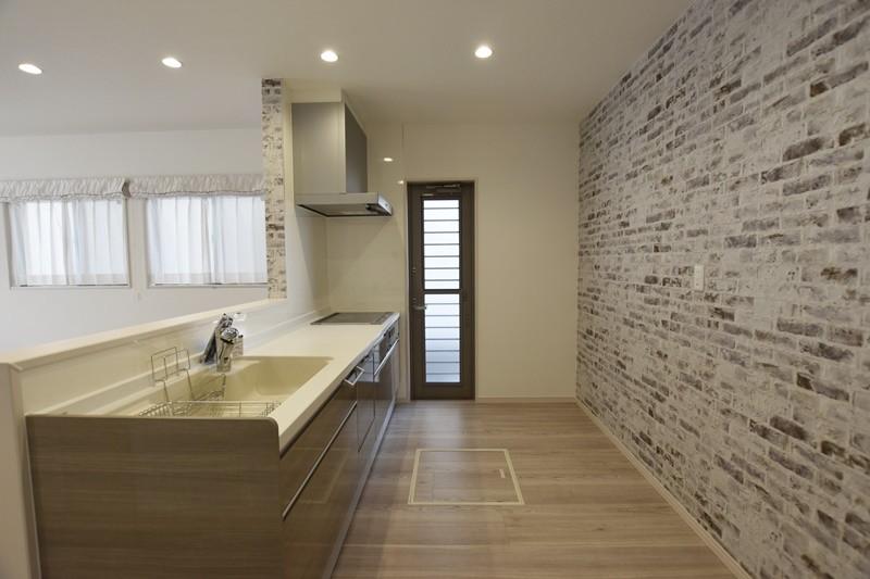 熊本市北区梶尾町 新築一戸建て 4号地モデルハウス・クロスがアクセントの対面式キッチン