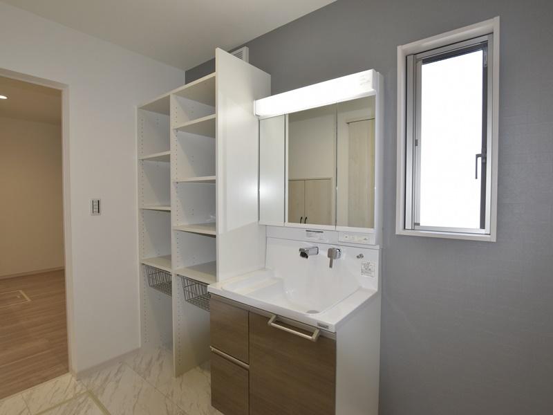 熊本市北区梶尾町 新築一戸建て 4号地モデルハウス・可動棚付きでスッキリ片付く洗面脱衣室